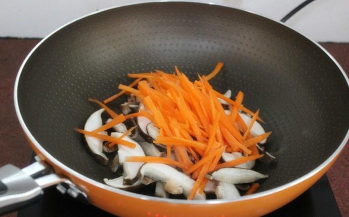 Với nguyên liệu chính là đậu hũ và nấm, bạn sẽ có ngay món canh mát lành ngọt thơm - Ảnh 1