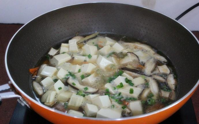 Với nguyên liệu chính là đậu hũ và nấm, bạn sẽ có ngay món canh mát lành ngọt thơm - Ảnh 2