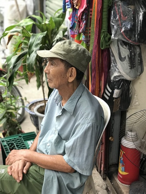 Ở tuổi 89, NSƯT Trần Hạnh ngồi bán mũ bảo hiểm, giày dép mưu sinh - Ảnh 3