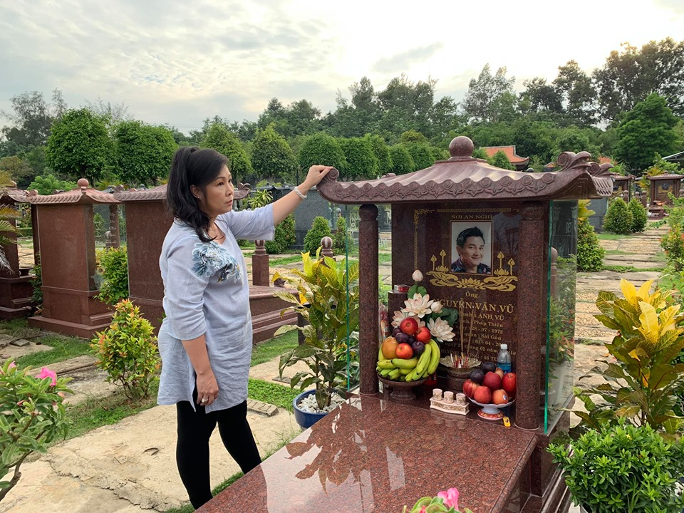 Hồng Vân buồn bã đến thăm mộ cố nghệ sĩ Anh Vũ - Ảnh 3