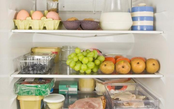 Tủ lạnh là nơi sinh sống của 2 họ vi khuẩn, để không bị ngộ độc thì đừng để thức ăn trong đó lâu hơn khoảng thời gian cho phép như sau - Ảnh 1