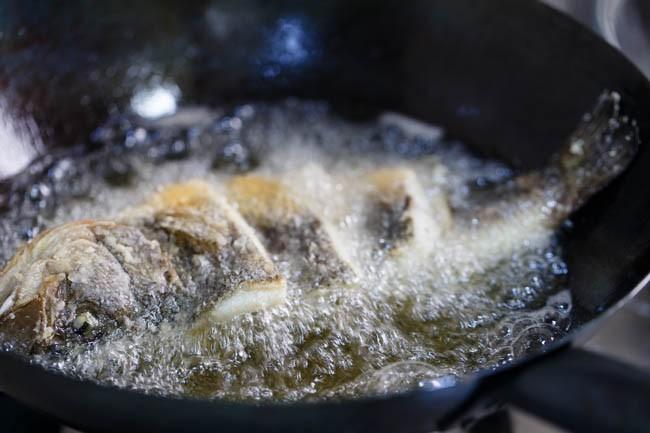 Cá đem chiên rồi rưới nước xốt được làm thế này thì có ngay món ngon bất tận! - Ảnh 3