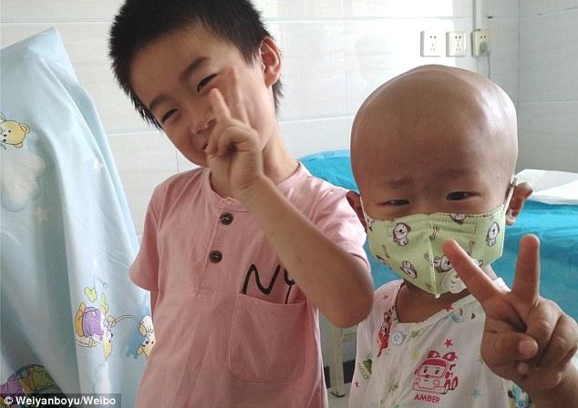 Thấy mẹ tuyệt vọng vì cạn tiền, cậu bé 3 tuổi bị ung thư lau nước mắt an ủi: 'Mẹ đừng khóc' - Ảnh 2