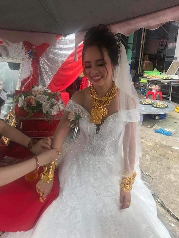 Cô dâu Hậu Giang gây choáng khi 'dát' lên người 129 cây vàng làm của hồi môn - Ảnh 1