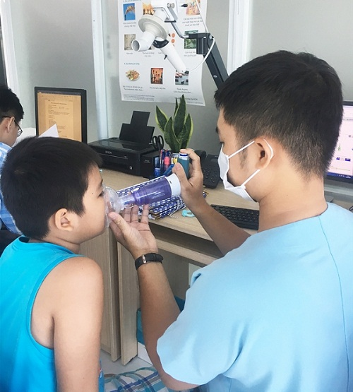 Bác sĩ hướng dẫn cách xử trí cơn hen phế quản tại nhà cho trẻ - Ảnh 1