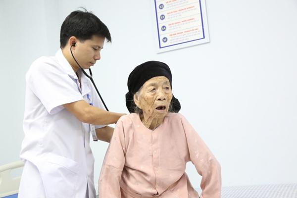 Cụ bà Phú Thọ 101 tuổi tưởng khó qua khỏi, sau 3 ngày cấp cứu đi lại bình thường - Ảnh 1
