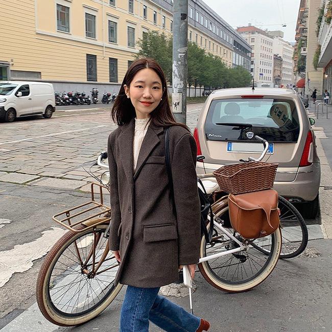 Học ngay 12 set đồ của các quý cô Châu Á để thêm ý tưởng diện đồ cho những ngày mưa lạnh - Ảnh 1