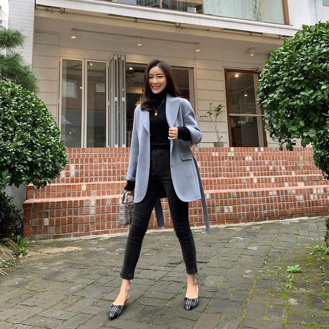 Học ngay 12 set đồ của các quý cô Châu Á để thêm ý tưởng diện đồ cho những ngày mưa lạnh - Ảnh 2