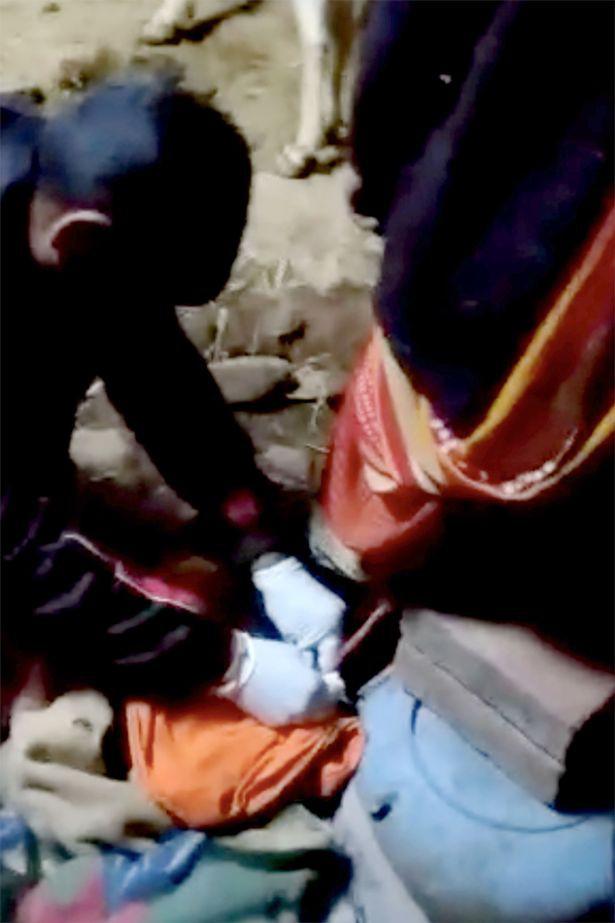 Thai phụ nghĩ quẩn treo cổ, em bé sơ sinh vừa lọt lòng còn nguyên dây rốn lủng lẳng dưới váy mẹ - Ảnh 2