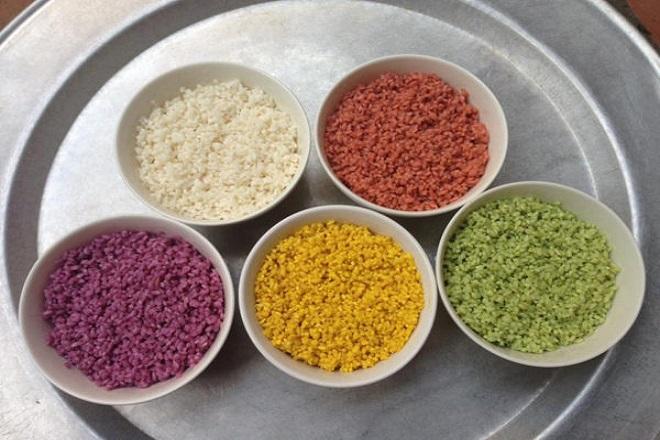 Cầu kỳ nhất trong các bước làm bánh tét ngũ sắc là khâu nhuộm màu cho gạo