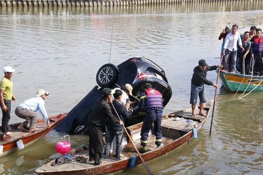 Vụ chồng lái xe chở vợ con lao xuống sông tự tử: Do vỡ nợ nên nghĩ quẩn - Ảnh 2