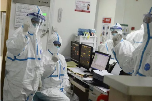 Bác sĩ, y tá trong tâm dịch Vũ Hán: Không ai dám đi vệ sinh, người gục ngã vì nhiễm bệnh, người xin được về nhà - Ảnh 2