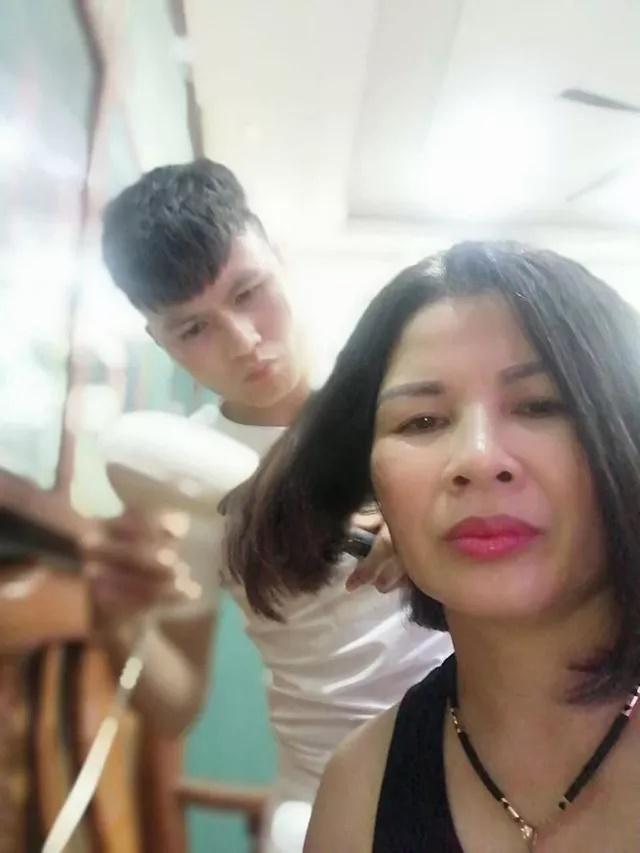 Đầu năm ấm lòng với hình ảnh giản dị: Quả bóng vàng Quang Hải ân cần sấy tóc cho mẹ đi chơi Tết - Ảnh 1