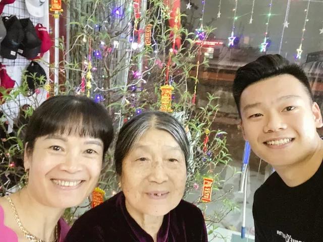 Đầu năm ấm lòng với hình ảnh giản dị: Quả bóng vàng Quang Hải ân cần sấy tóc cho mẹ đi chơi Tết - Ảnh 3