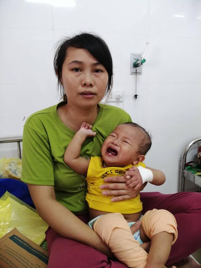 Ánh mắt cầu cứu của bé trai 16 tháng tuổi vừa phát hiện bị ung thư gan, gãy cả 2 chân thì cha nhẫn tâm bỏ lại vợ con đi theo người đàn bà khác - Ảnh 3