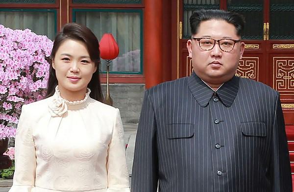 Chân dung người vợ xinh đẹp, bí ẩn và cuộc tình kín tiếng của Chủ tịch Triều Tiên Kim Jong-un - Ảnh 1