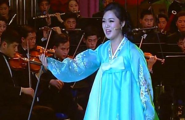Chân dung người vợ xinh đẹp, bí ẩn và cuộc tình kín tiếng của Chủ tịch Triều Tiên Kim Jong-un - Ảnh 2