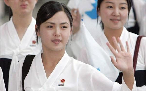 Chân dung người vợ xinh đẹp, bí ẩn và cuộc tình kín tiếng của Chủ tịch Triều Tiên Kim Jong-un - Ảnh 3