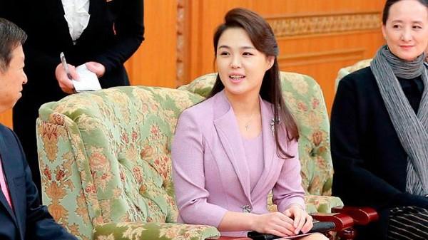 Chân dung người vợ xinh đẹp, bí ẩn và cuộc tình kín tiếng của Chủ tịch Triều Tiên Kim Jong-un - Ảnh 4