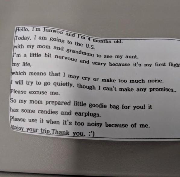 Cho con 4 tháng tuổi đi máy bay, bà mẹ gửi kẹo và bịt tai cho 200 hành khách nhưng đáng chú ý là tờ giấy đính kèm - Ảnh 2