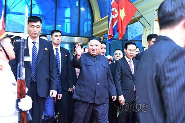 Hình ảnh Chủ tịch Kim Jong-un vẫy tay chào ở ga Đồng Đăng - Ảnh 3