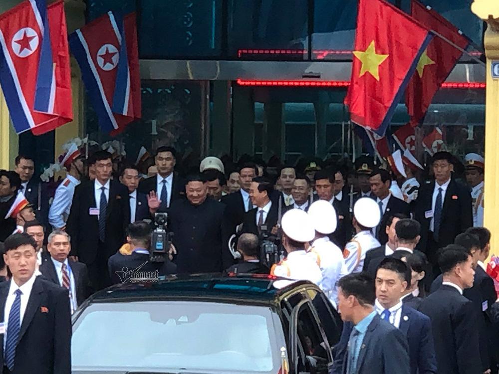 Hình ảnh Chủ tịch Kim Jong-un vẫy tay chào ở ga Đồng Đăng - Ảnh 4