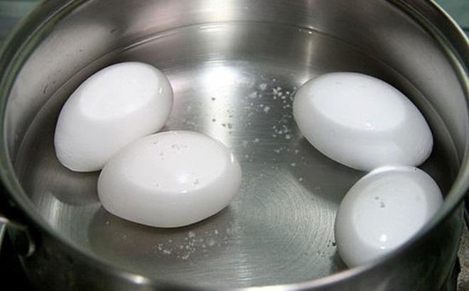 Luộc trứng bằng nước lạnh hay nóng? Nếu làm sai ở các bước chính, trứng vẫn còn vi khuẩn - Ảnh 1