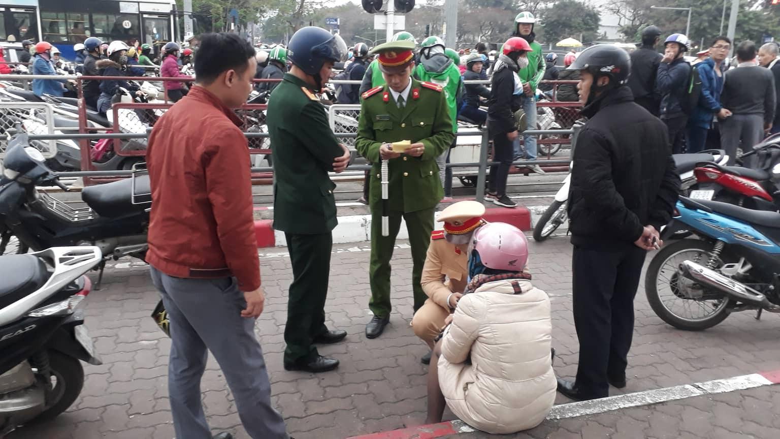 Nạn nhân bàng hoàng kể lại vụ ô tô đâm hàng loạt xe đang dừng đèn đỏ ở Hà Nội: 'May là tôi bị húc văng lên chứ không bị cuốn vào gầm xe...' - Ảnh 1