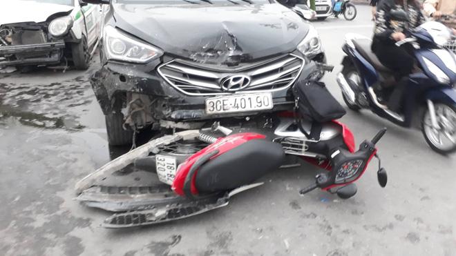 Nạn nhân bàng hoàng kể lại vụ ô tô đâm hàng loạt xe đang dừng đèn đỏ ở Hà Nội: 'May là tôi bị húc văng lên chứ không bị cuốn vào gầm xe...' - Ảnh 2
