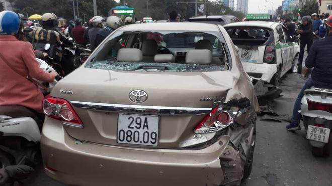 Nạn nhân bàng hoàng kể lại vụ ô tô đâm hàng loạt xe đang dừng đèn đỏ ở Hà Nội: 'May là tôi bị húc văng lên chứ không bị cuốn vào gầm xe...' - Ảnh 4