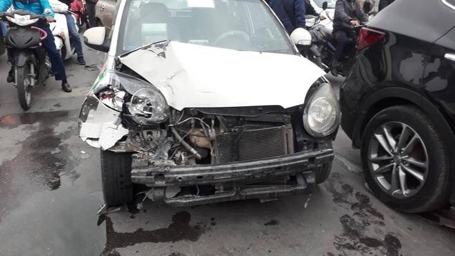 Nạn nhân bàng hoàng kể lại vụ ô tô đâm hàng loạt xe đang dừng đèn đỏ ở Hà Nội: 'May là tôi bị húc văng lên chứ không bị cuốn vào gầm xe...' - Ảnh 5