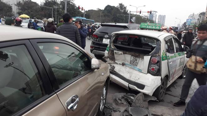 Nạn nhân bàng hoàng kể lại vụ ô tô đâm hàng loạt xe đang dừng đèn đỏ ở Hà Nội: 'May là tôi bị húc văng lên chứ không bị cuốn vào gầm xe...' - Ảnh 6