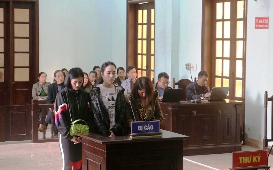 Vụ lột đồ đánh ghen, bôi ớt bột lên người tình địch ở Thanh Hoá: 3 người phụ nữ bị tuyên phạt 45 tháng cải tạo - Ảnh 1