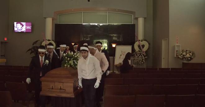 Lễ tang danh ca Thái Thanh: Chỉ có người thân, công chúng chia buồn qua livestream, Ý Lan gục bên quan tài mẹ - Ảnh 3