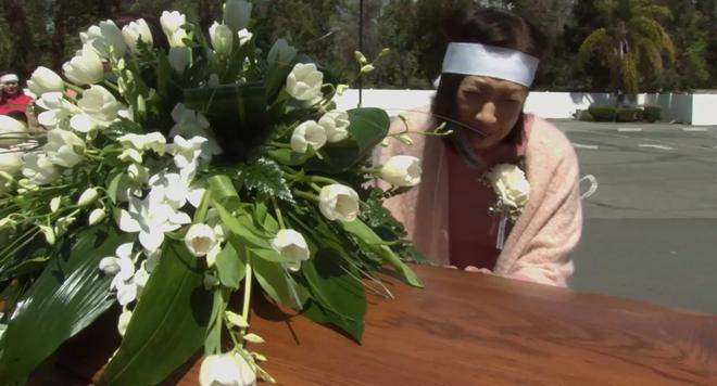 Lễ tang danh ca Thái Thanh: Chỉ có người thân, công chúng chia buồn qua livestream, Ý Lan gục bên quan tài mẹ - Ảnh 6