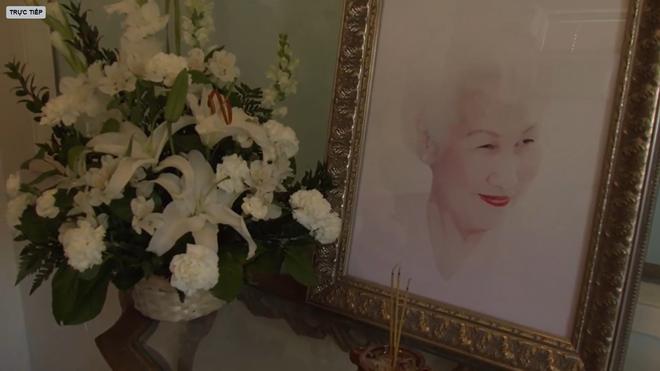 Lễ tang danh ca Thái Thanh: Chỉ có người thân, công chúng chia buồn qua livestream, Ý Lan gục bên quan tài mẹ - Ảnh 9