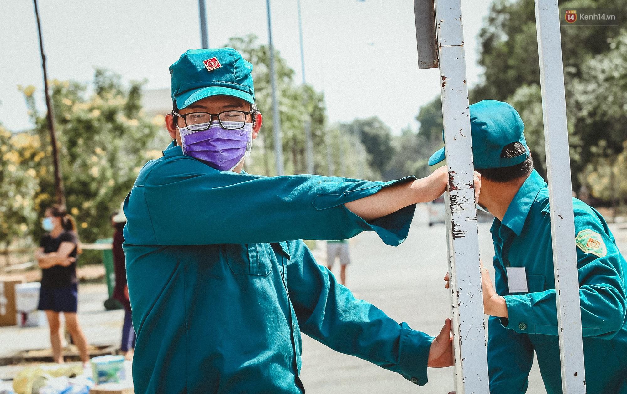 Người cách ly ở KTX âm thầm mua sữa tặng các anh dân quân tự vệ để cảm ơn vì ngày đêm chuyển hàng viện trợ - Ảnh 1