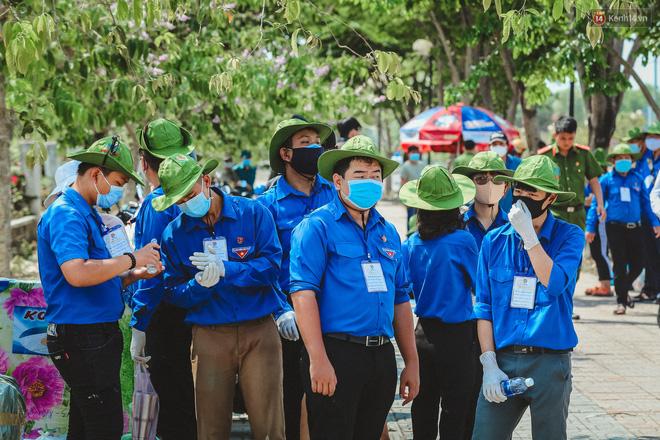 Người cách ly ở KTX âm thầm mua sữa tặng các anh dân quân tự vệ để cảm ơn vì ngày đêm chuyển hàng viện trợ - Ảnh 10