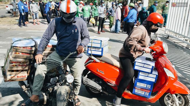 Người cách ly ở KTX âm thầm mua sữa tặng các anh dân quân tự vệ để cảm ơn vì ngày đêm chuyển hàng viện trợ - Ảnh 12