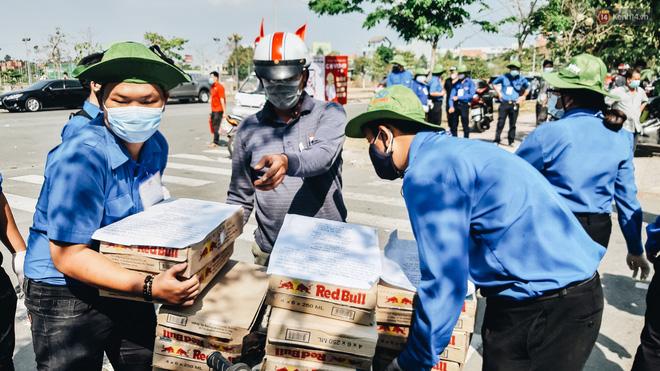 Người cách ly ở KTX âm thầm mua sữa tặng các anh dân quân tự vệ để cảm ơn vì ngày đêm chuyển hàng viện trợ - Ảnh 13