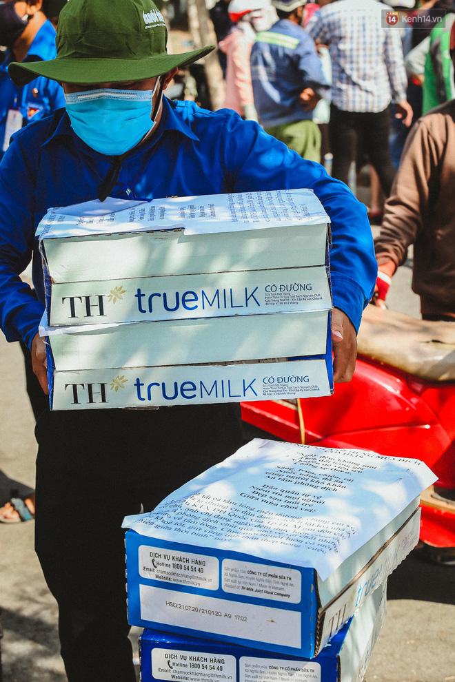Người cách ly ở KTX âm thầm mua sữa tặng các anh dân quân tự vệ để cảm ơn vì ngày đêm chuyển hàng viện trợ - Ảnh 14