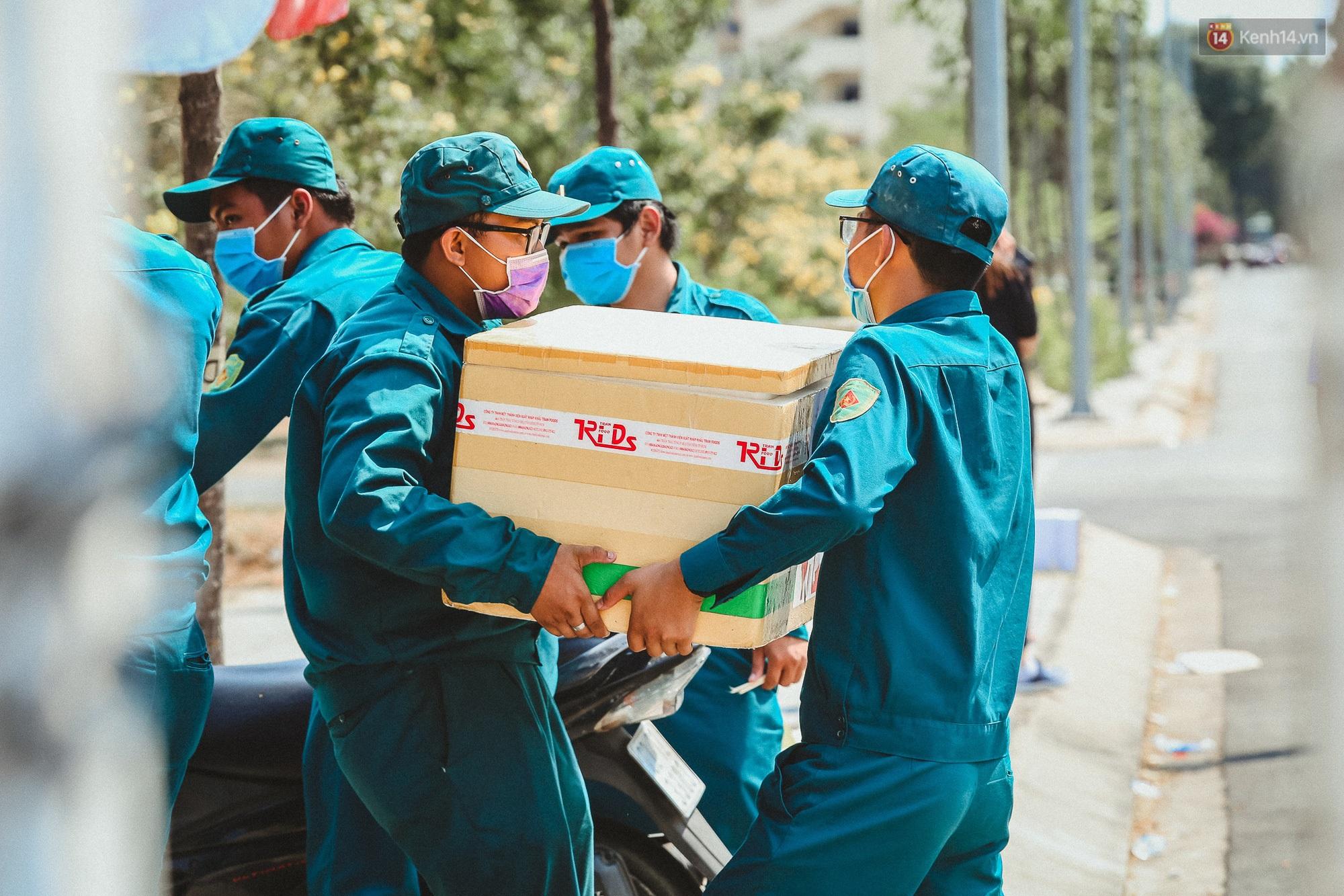 Người cách ly ở KTX âm thầm mua sữa tặng các anh dân quân tự vệ để cảm ơn vì ngày đêm chuyển hàng viện trợ - Ảnh 2