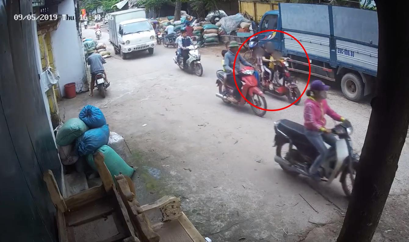 Clip cô gái bị bánh xe cán qua người tử vong, hai em bé ngã vào gầm xe tải gây xót xa - Ảnh 1