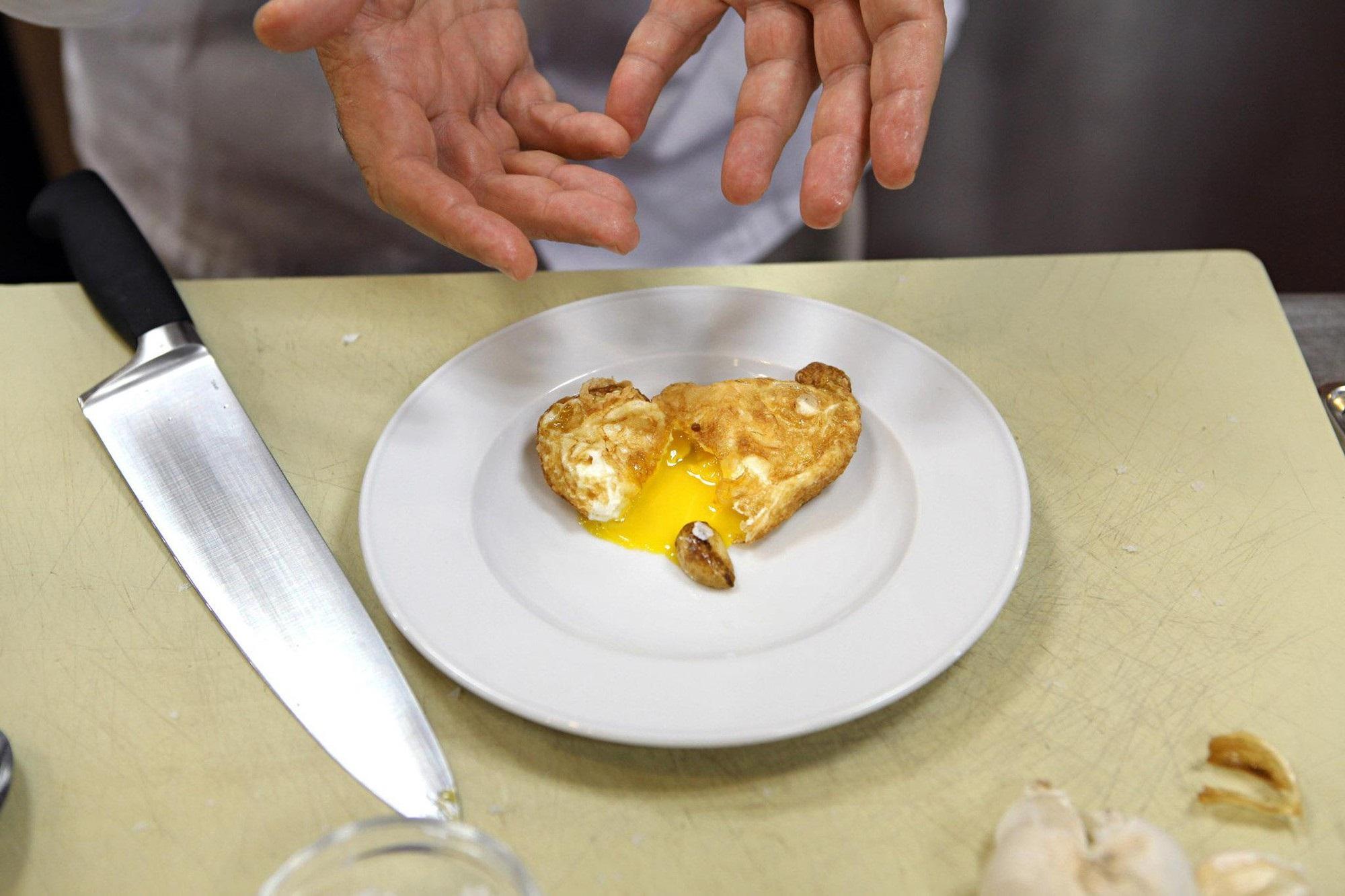 Cũng chỉ là chiên trứng thôi, nhưng nghiêng chảo như vị đầu bếp lừng danh này thì bạn sẽ có món trứng ốp la chuẩn 5 sao - Ảnh 4