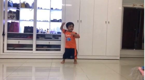 Clip con trai 3 tuổi nhà Khánh Thi – Phan Hiển nhảy dancesport cực điêu luyện gây 'sốt' - Ảnh 1