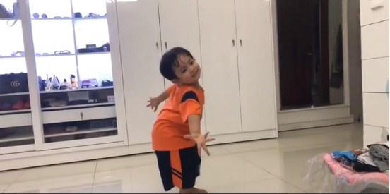 Clip con trai 3 tuổi nhà Khánh Thi – Phan Hiển nhảy dancesport cực điêu luyện gây 'sốt' - Ảnh 2