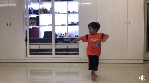 Clip con trai 3 tuổi nhà Khánh Thi – Phan Hiển nhảy dancesport cực điêu luyện gây 'sốt' - Ảnh 4