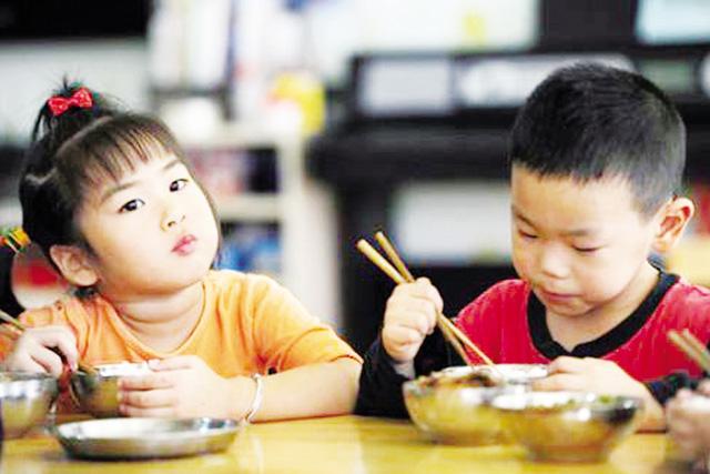4 thói quen kinh điển 99% bà mẹ mắc phải, khi cho con ăn cơm khiến bé mắc bệnh dạ dày hại sức khỏe - Ảnh 2
