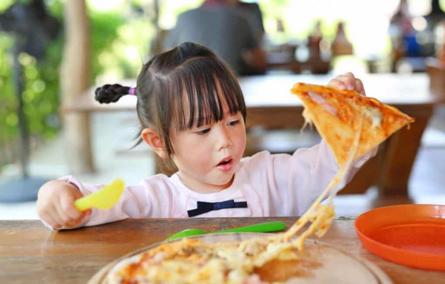 5 loại thực phẩm cực hại nếu cho con ăn trước khi ngủ: Mẹ đừng dại cho bé ăn mà rước bệnh - Ảnh 1