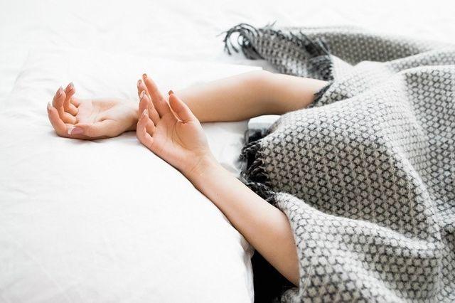 Những thói quen khi ngủ nhiều người đang làm gây hại cho sức khỏe - Ảnh 3